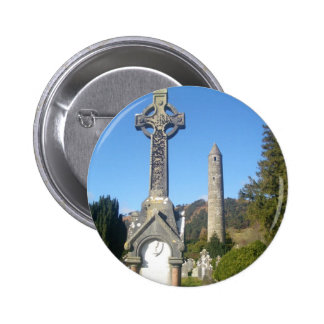 Cruz y torre redonda Glendalough del St Kevin Pins