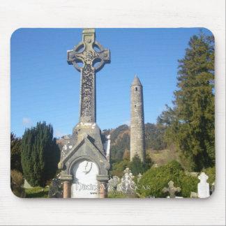 Cruz y torre redonda Glendalough del St Kevin Tapetes De Ratones