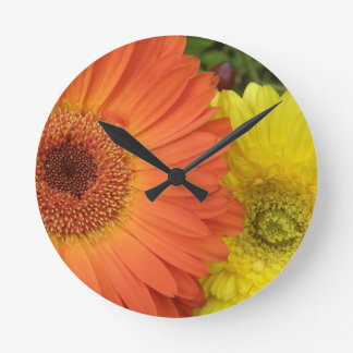 Crysanthemum anaranjado y amarillo relojes de pared