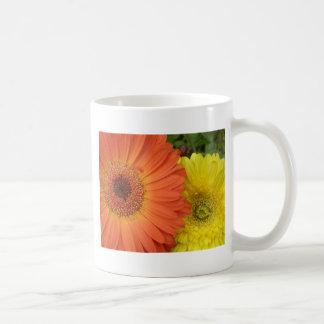Crysanthemum anaranjado y amarillo taza clásica