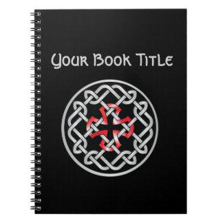 Cuaderno adaptable metálico rojo del nudo céltico
