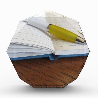 Cuaderno alineado espacio en blanco abierto con la
