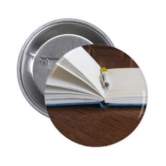 Cuaderno alineado espacio en blanco abierto con la pin redondo de 2 pulgadas