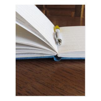 Cuaderno alineado espacio en blanco abierto con la postal