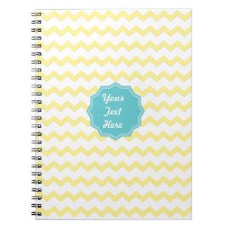 Cuaderno amarillo lindo del zigzag con el monogram
