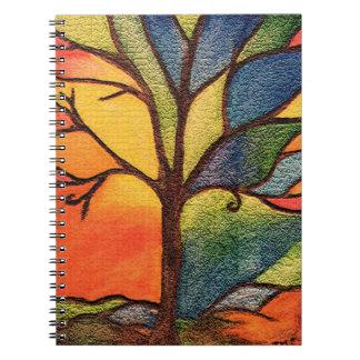Cuaderno artístico colorido del árbol
