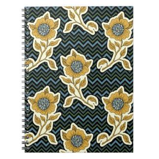 Cuaderno artístico floral en el fondo de Chevron