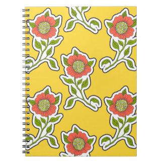 Cuaderno artístico floral en fondo amarillo
