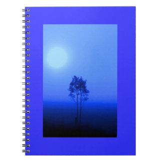 Cuaderno azul marino de la salida del sol del árbo