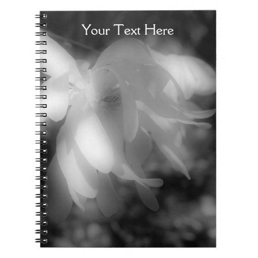 Cuaderno blanco y negro de la flor de la magnolia