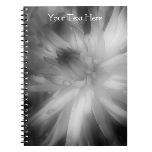 Cuaderno blanco y negro de los pétalos de la flor
