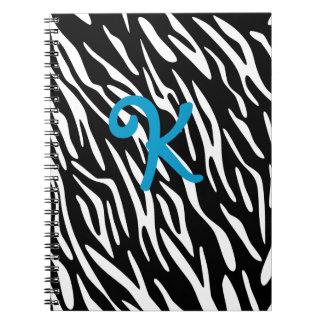 Cuaderno blanco y negro del monograma de la raya d