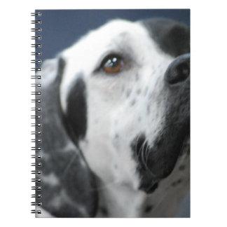 Cuaderno blanco y negro del perro del indicador