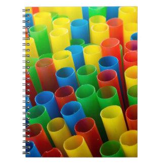 Cuaderno con la cubierta colorida de las pajas de