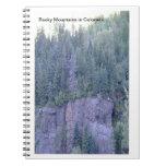 Cuaderno de la foto de las montañas rocosas