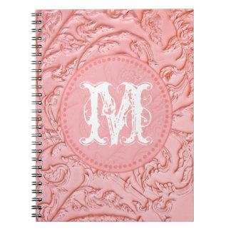 Cuaderno de madera afiligranado rosado de la