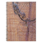 Cuaderno de madera agrietado