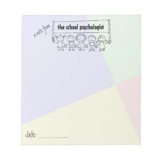 Cuaderno de notas del psicólogo de la escuela con blocs de notas