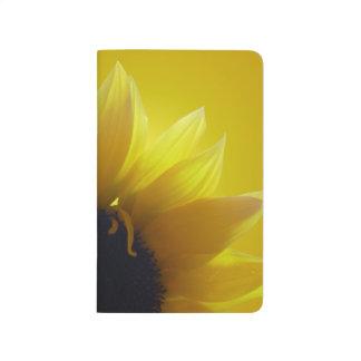 Cuaderno del bloc de bocetos de la flor del amaril