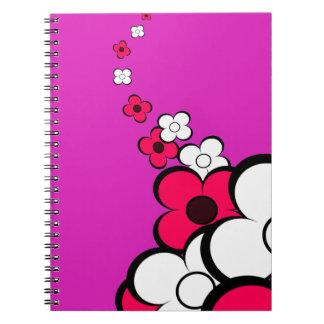 Cuaderno del rosa fuerte y blancas de las flores
