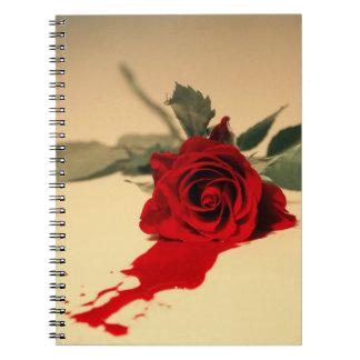 Cuaderno del rosa rojo que sangra