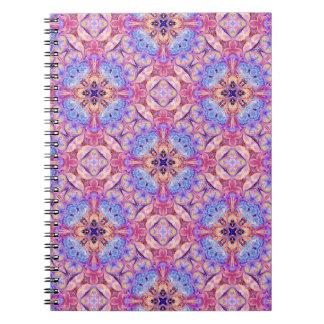 Cuaderno en modelo azul y rosado del caleidoscopio