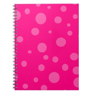 Cuaderno femenino de los lunares rosados de las ro