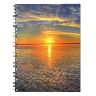 Cuaderno inspirado de la salida del sol hermosa