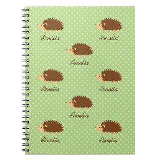 Cuaderno lindo del erizo con el modelo de lunares