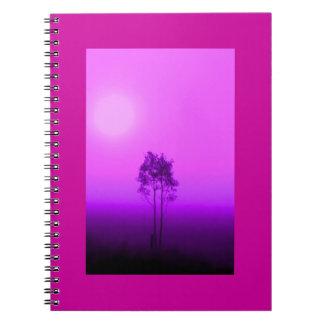 Cuaderno magenta de la salida del sol del árbol