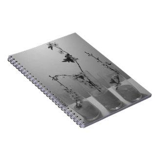 Cuaderno múltiple blanco negro del flor