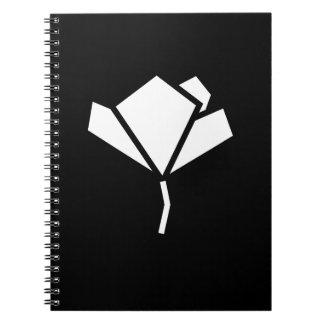 Cuaderno negro de la parte posterior del papel.