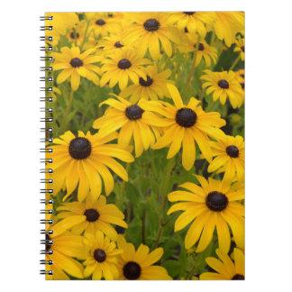Cuaderno observado negro amarillo del diario de Su