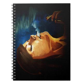 cuaderno que fuma de la mujer