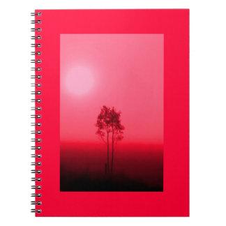 Cuaderno rojo de la salida del sol del árbol