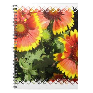 Cuaderno rojo y amarillo de las flores