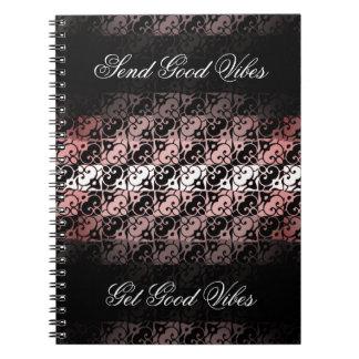 Cuaderno rosado del ambiente, negro, y blanco