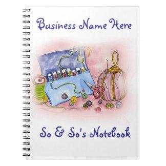 Cuaderno rosado del equipo de costura