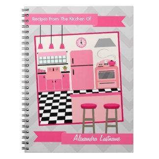Cuaderno rosado retro de la receta de la cocina y