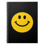 cuaderno sonriente amarillo de la cara