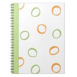 Cuaderno verde anaranjado pintado de los círculos