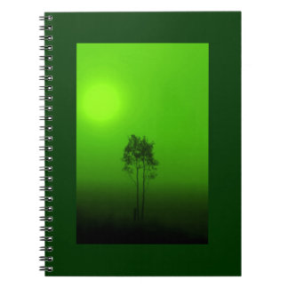 Cuaderno verde de la salida del sol del árbol
