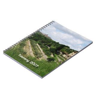 Cuaderno - viñedo y ciudad toscanos de la colina