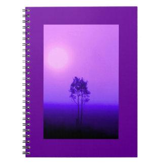 Cuaderno violeta de la salida del sol del árbol
