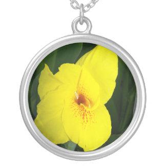 Cuadrado amarillo del naranja de la flor colgante redondo