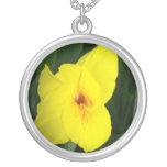 Cuadrado amarillo del naranja de la flor collar