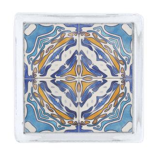 Cuadrado azul de las tejas insignia plateada
