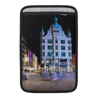 Cuadrado de ayuntamiento de Copenhague en la noche Funda Para Macbook Air