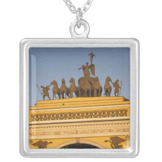 Cuadrado de Dvortsovaya, arco triunfal, puesta del Colgante Cuadrado