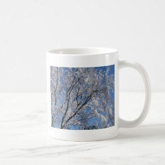 Cuadrado nevado de la fotografía de los árboles taza